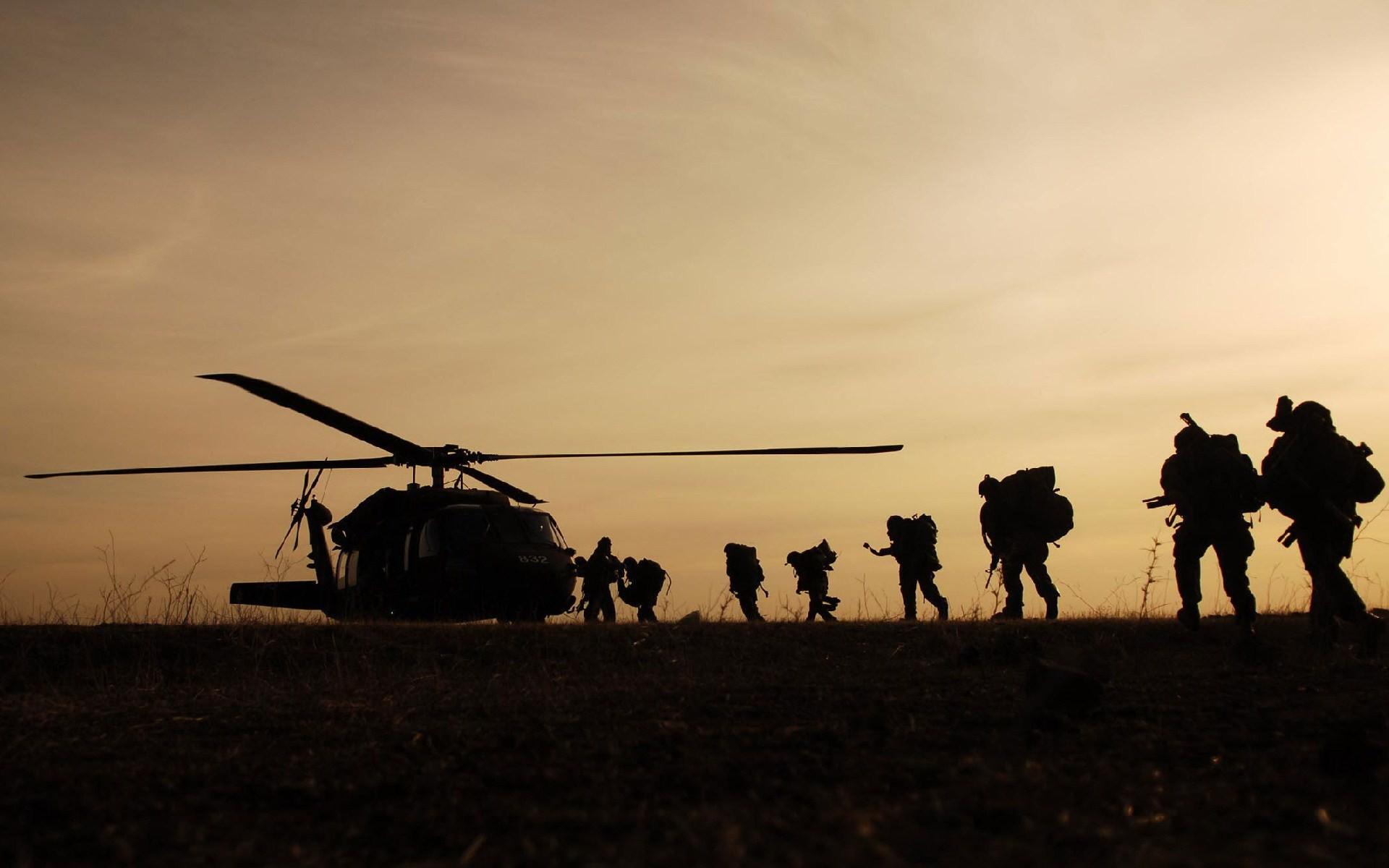 Soldados subiendo a Helicóptero - 1920x1200
