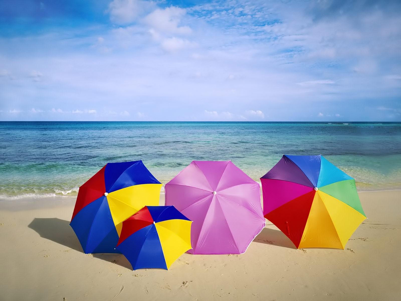 Sombrillas de colores para playa - 1600x1200