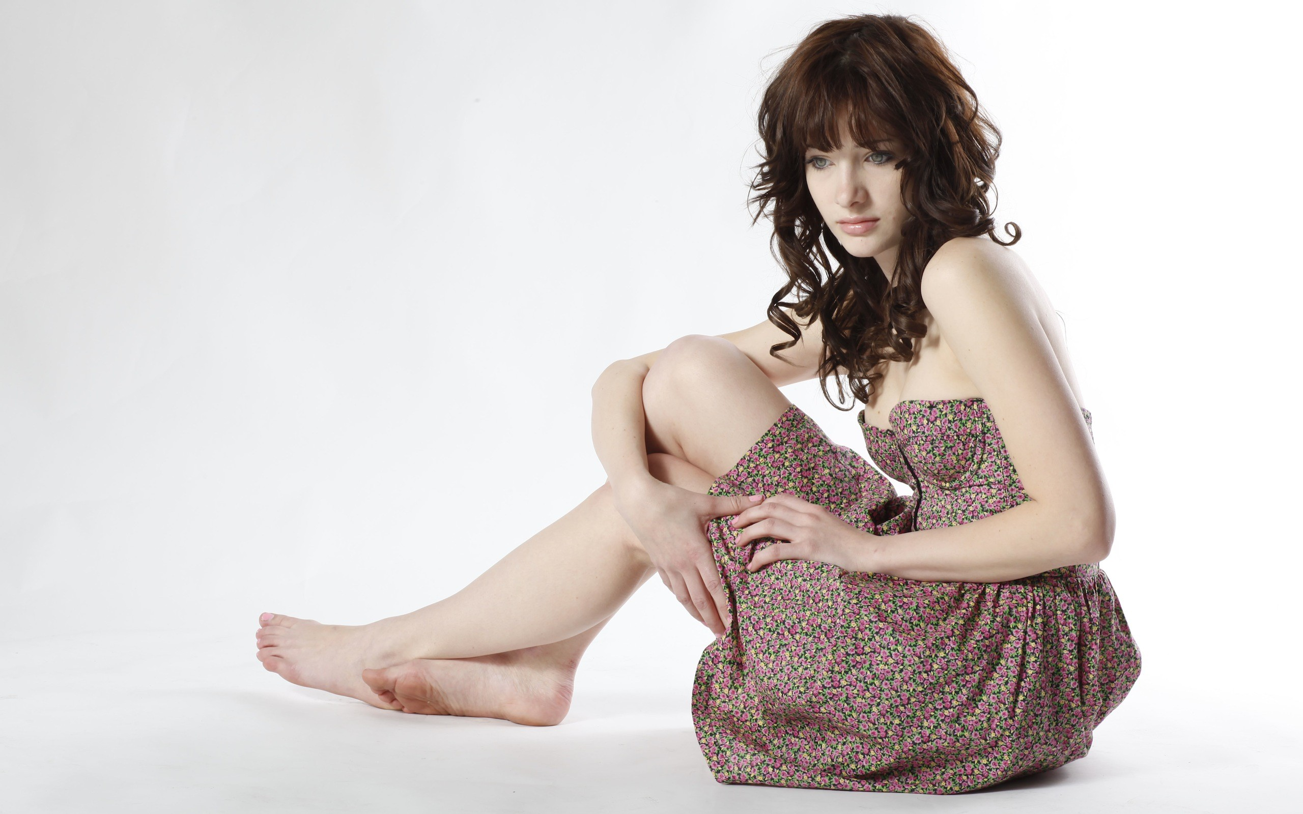 Susan Coffey con vestido - 2560x1600
