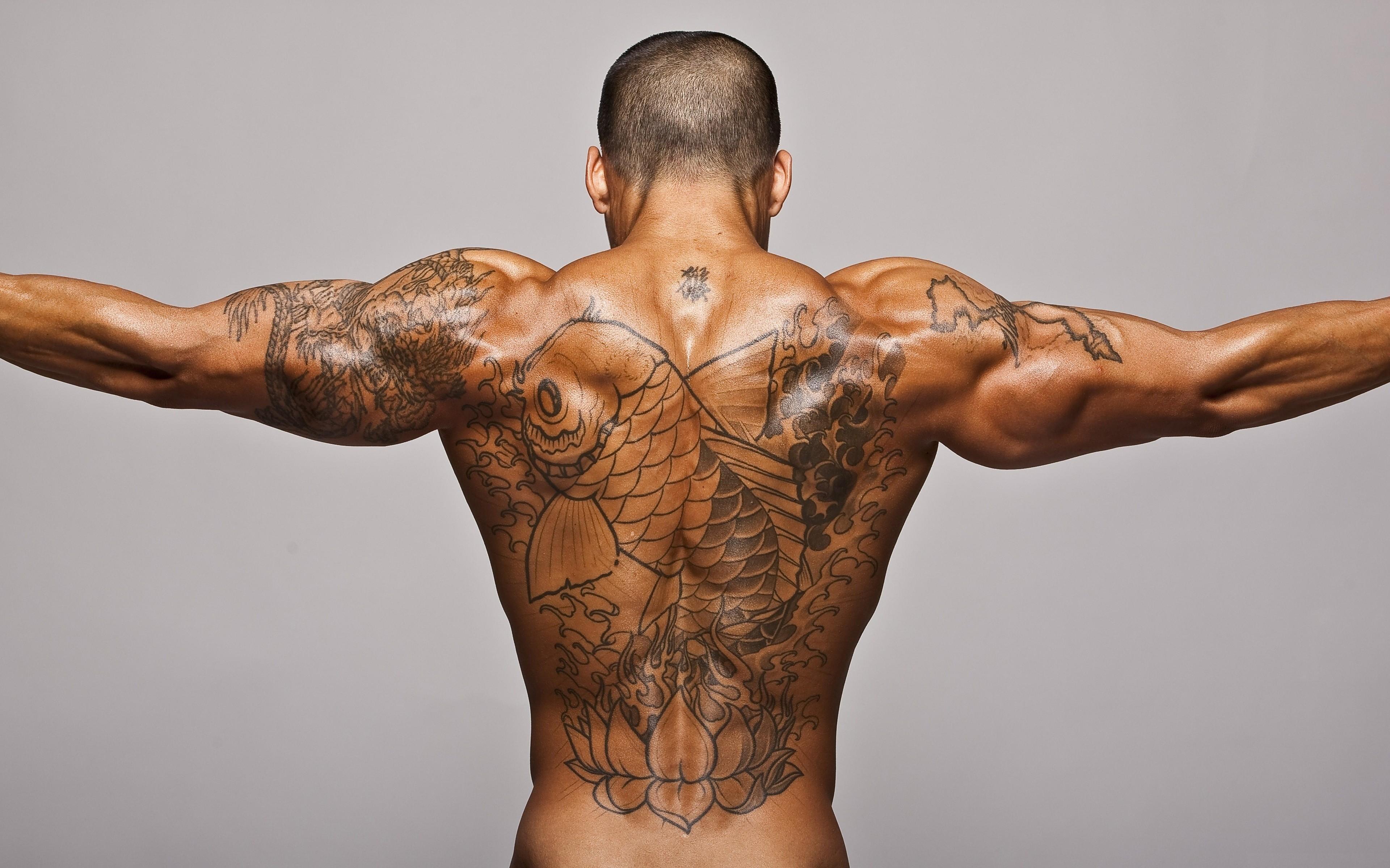 Tatuaje de pez en la espalda - 3840x2400