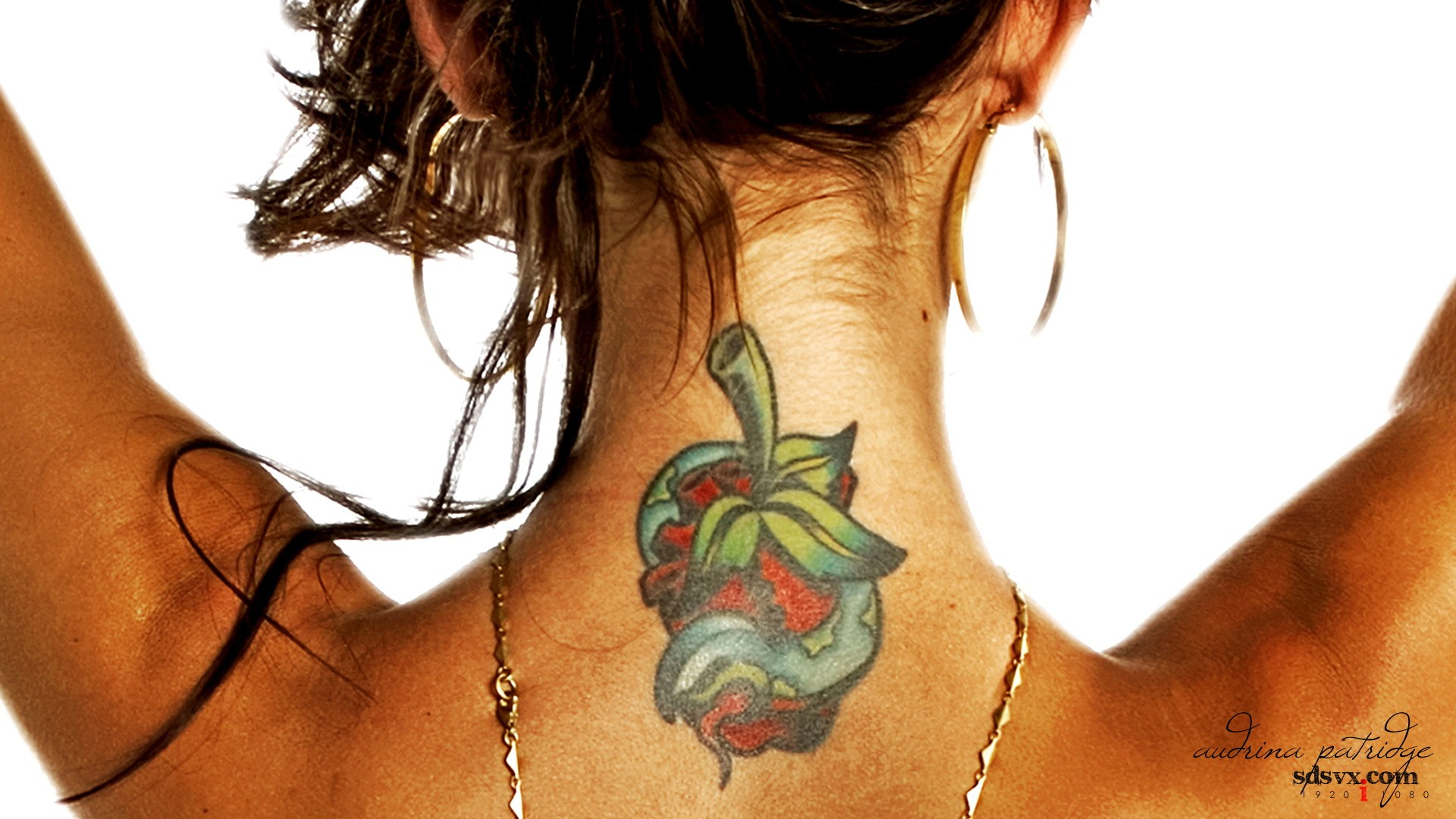 Tatuaje en el cuello - 1920x1080