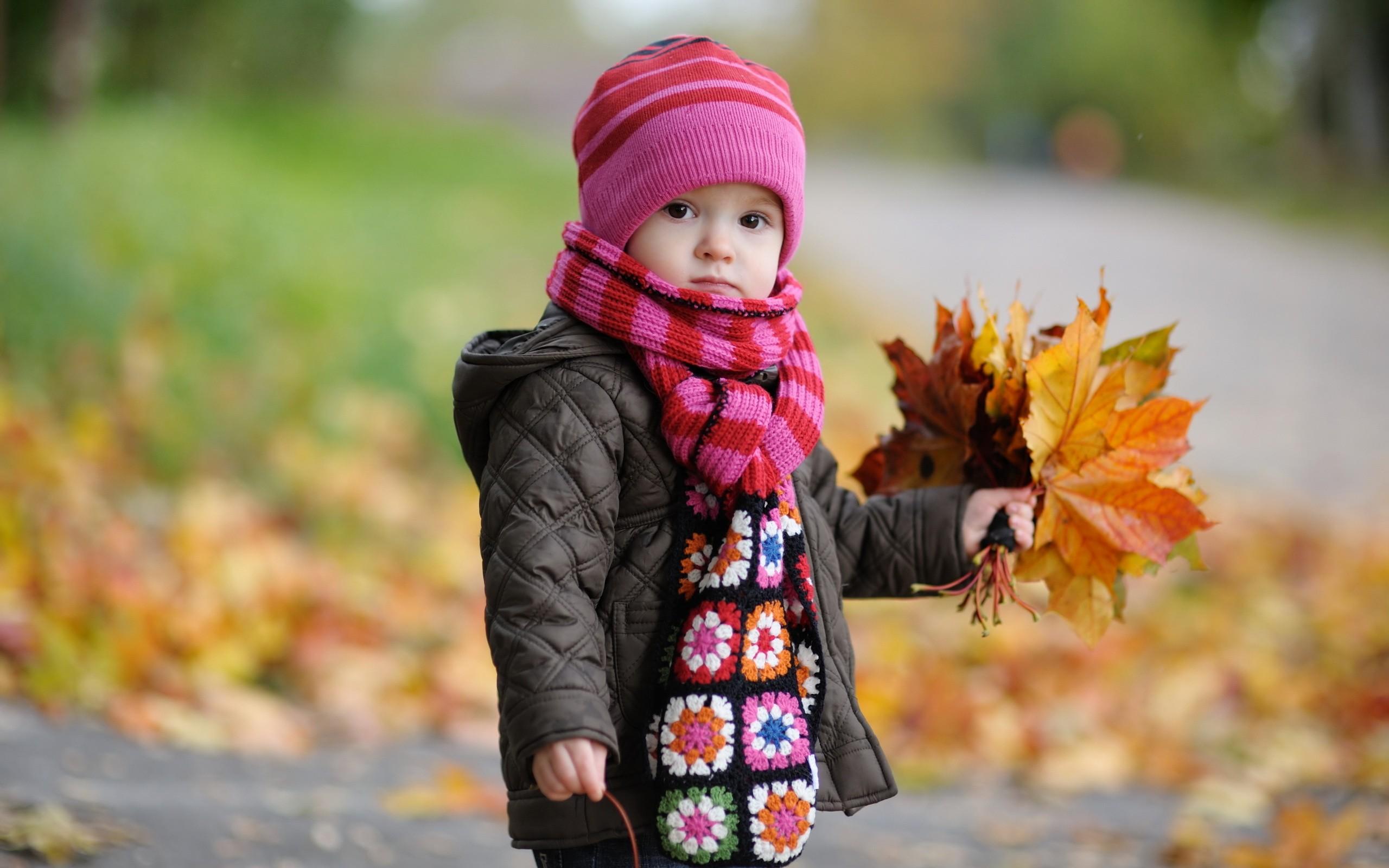 Un bebe en otoño - 2560x1600