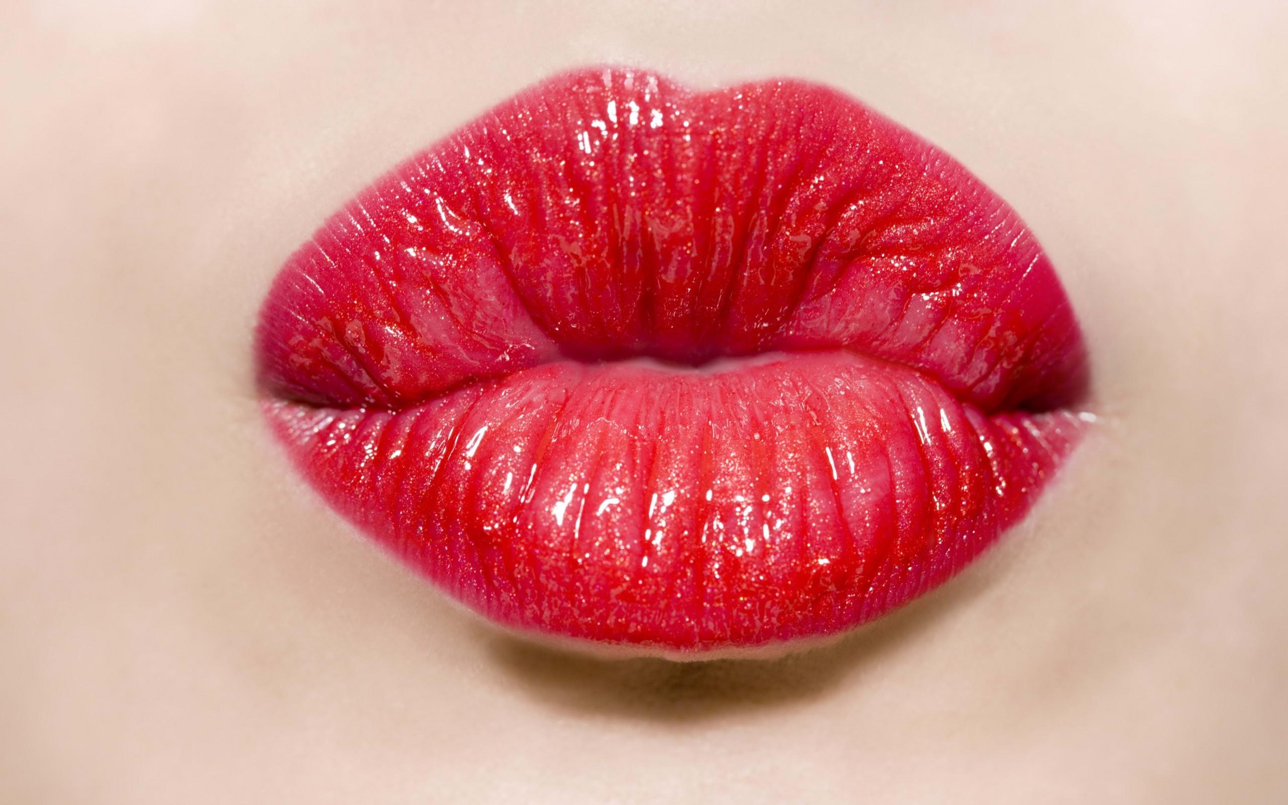 Un beso con labios rojos - 2560x1600