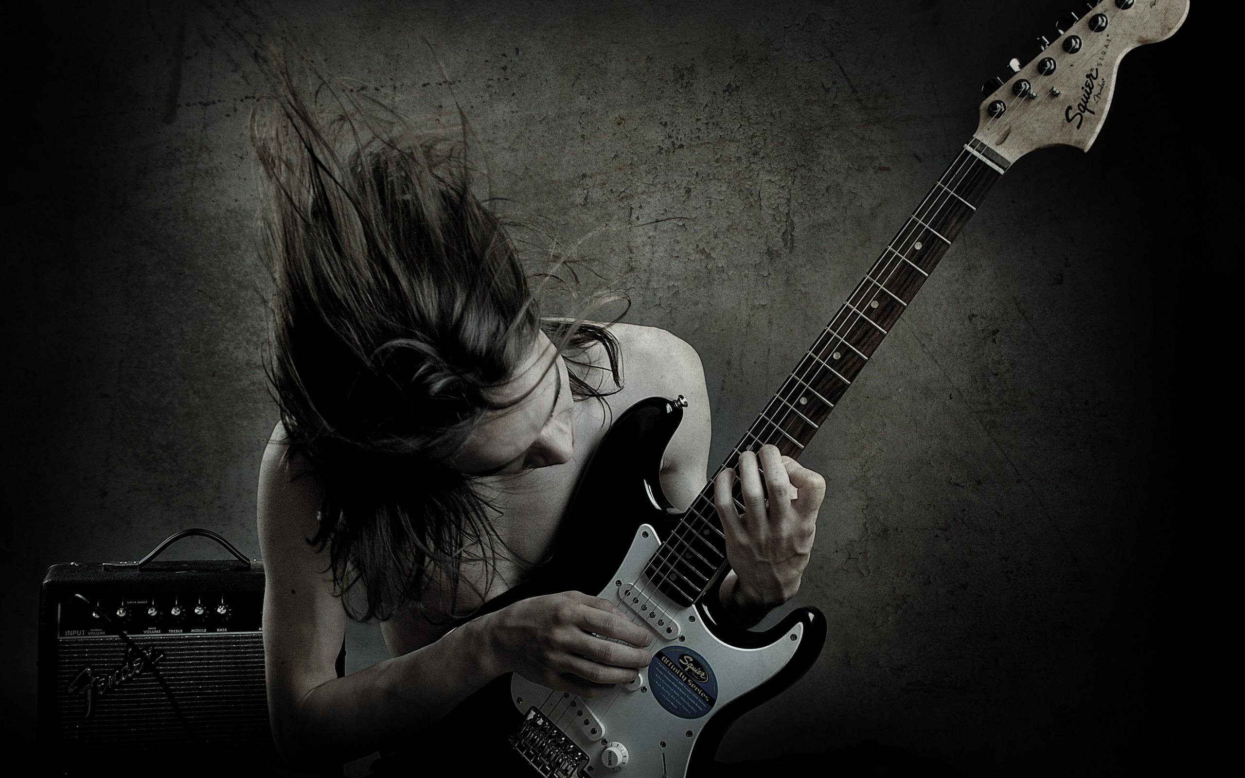 Un guitarrista con una Squier - 2560x1600