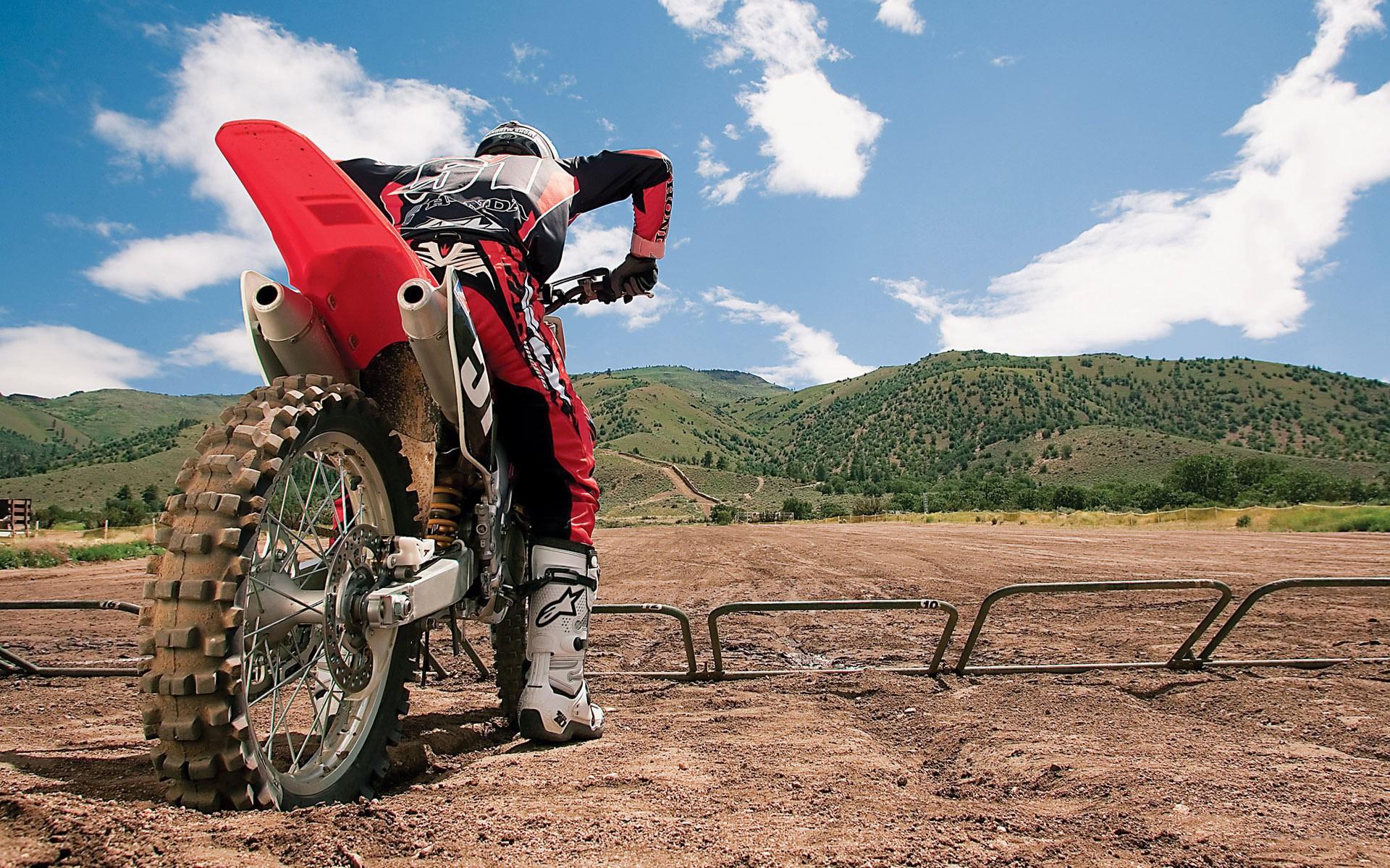 Un motociclista con una cross - 1920x1200