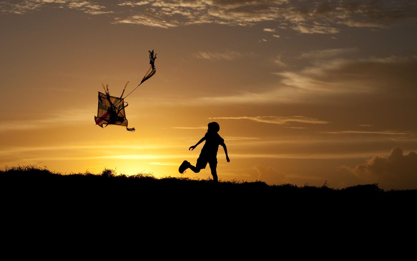 Un niño y una cometa - 1680x1050
