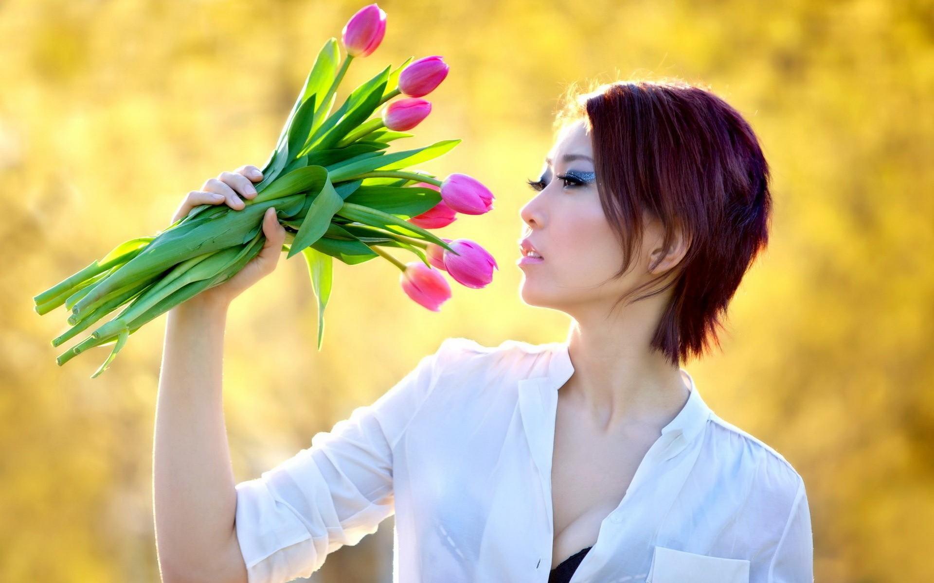 Una asiática y flores - 1920x1200