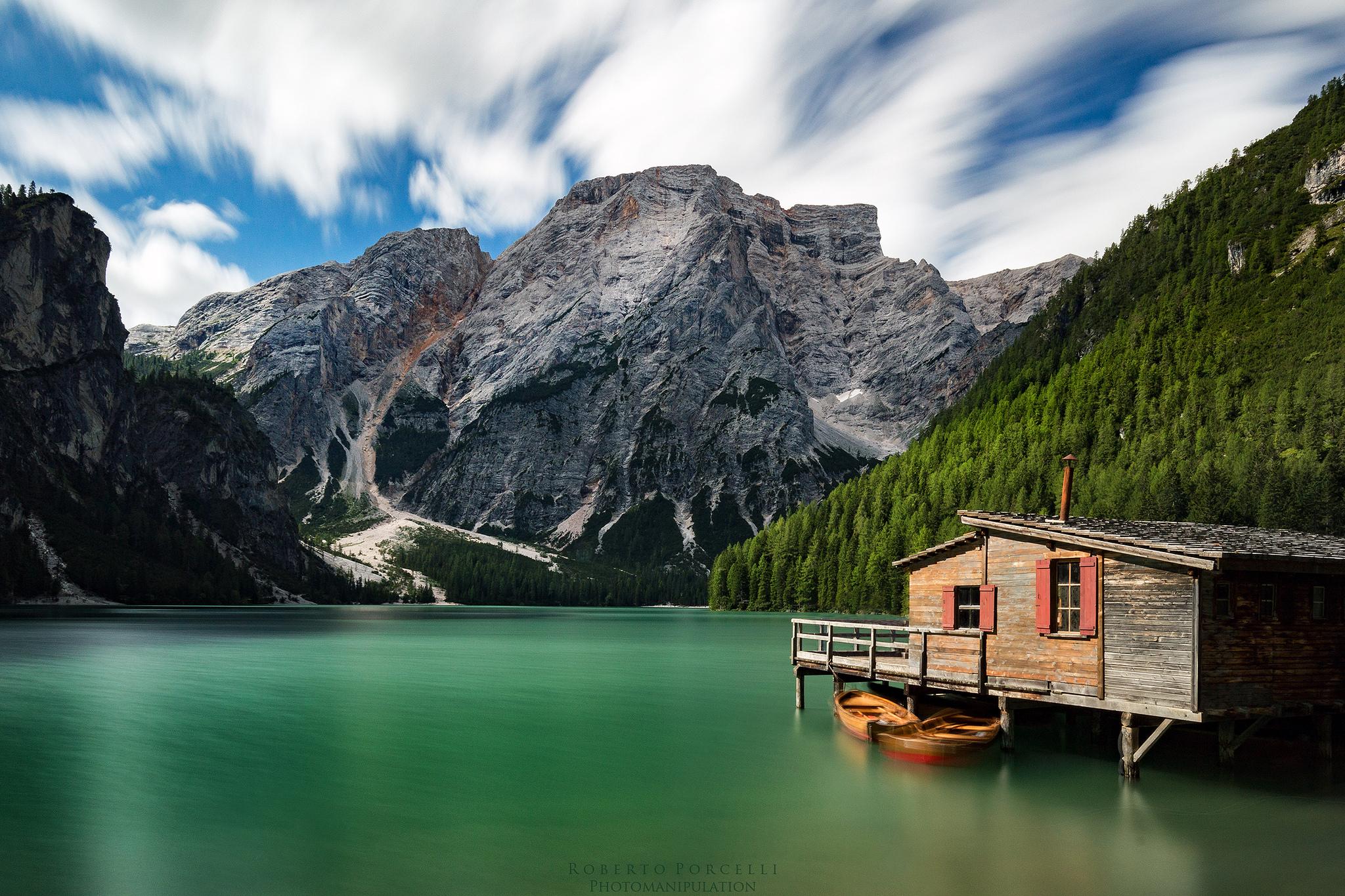 Una bella casa en un lago verde - 2048x1365