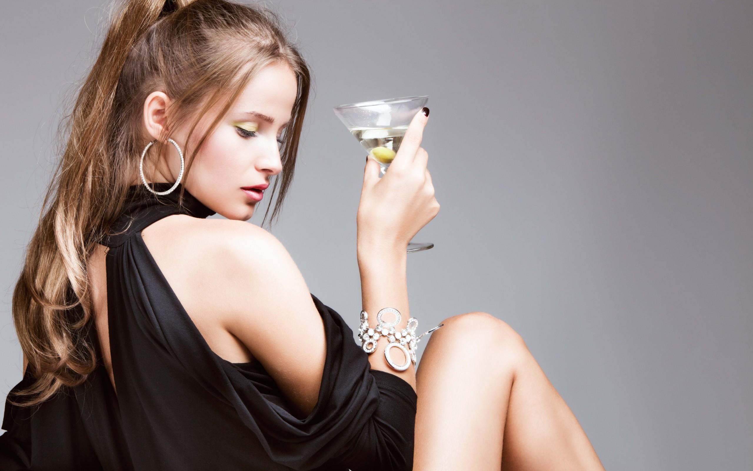 Con una copa de martini - 2560x1600