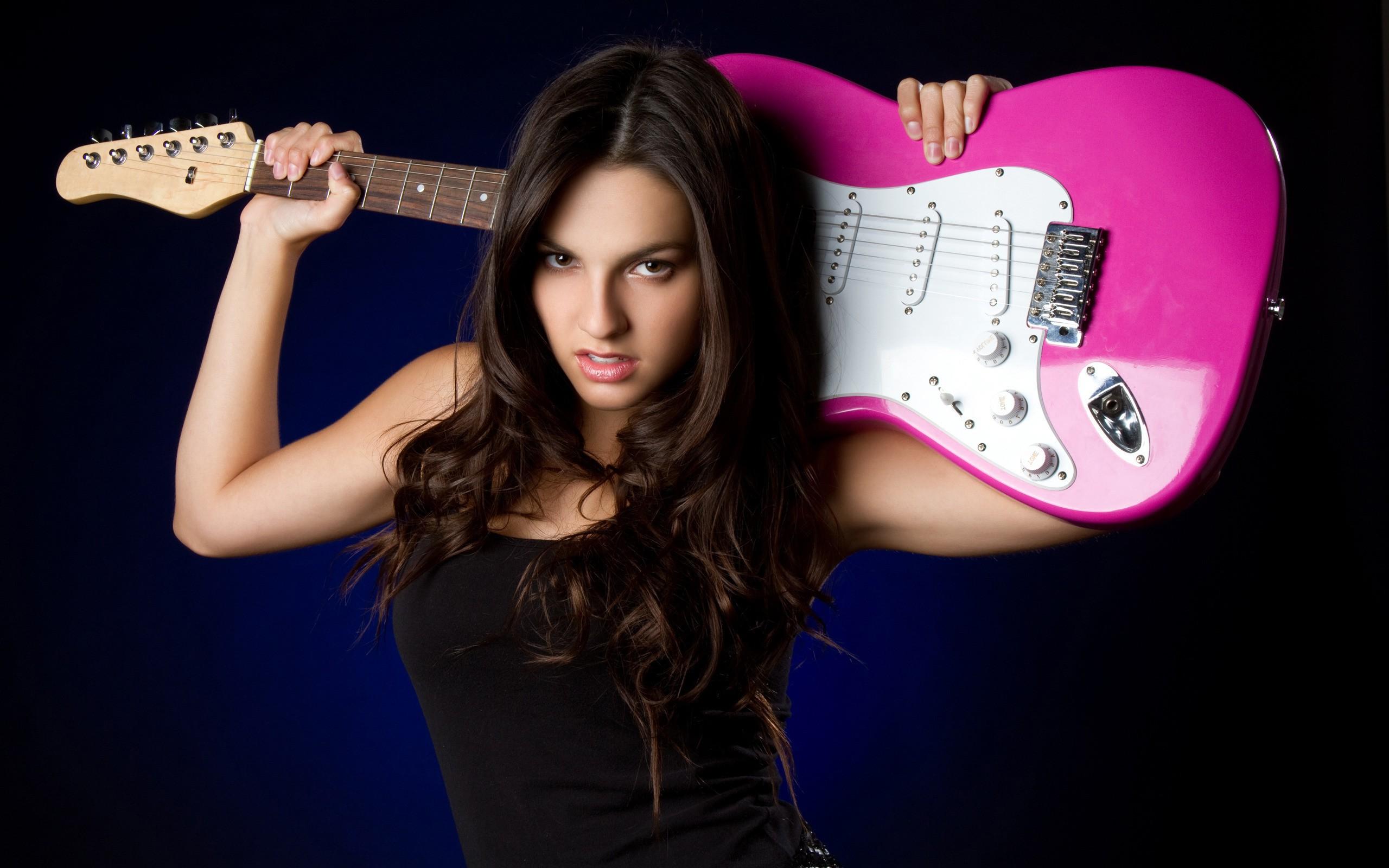 Una chica con guitarra - 2560x1600
