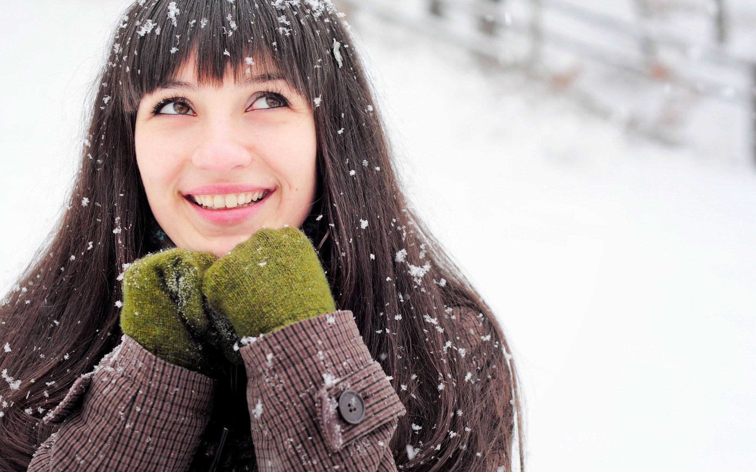 Una chica en la nieve - 2560x1600