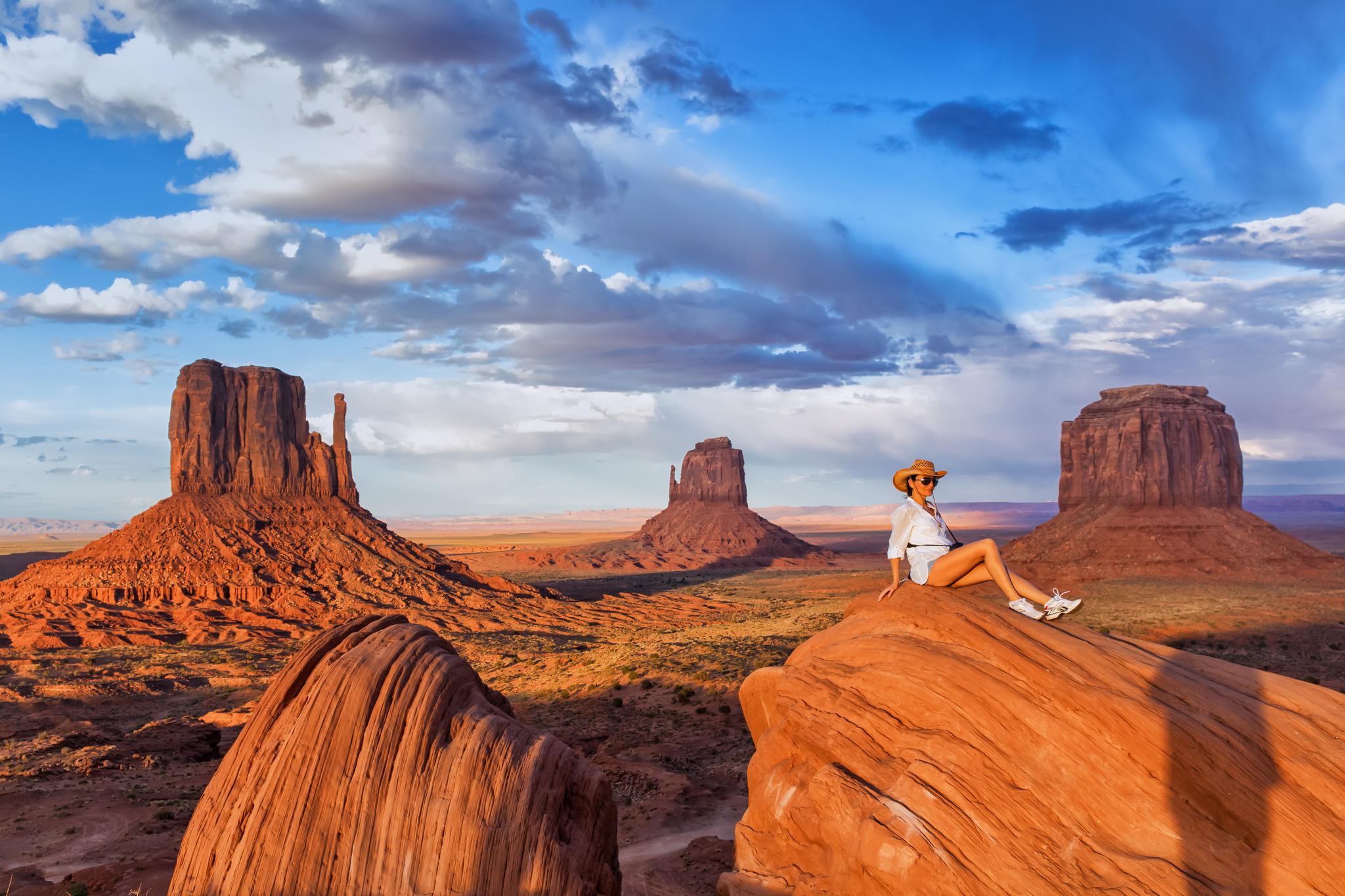 Una chica en un valle de rocas - 2048x1365