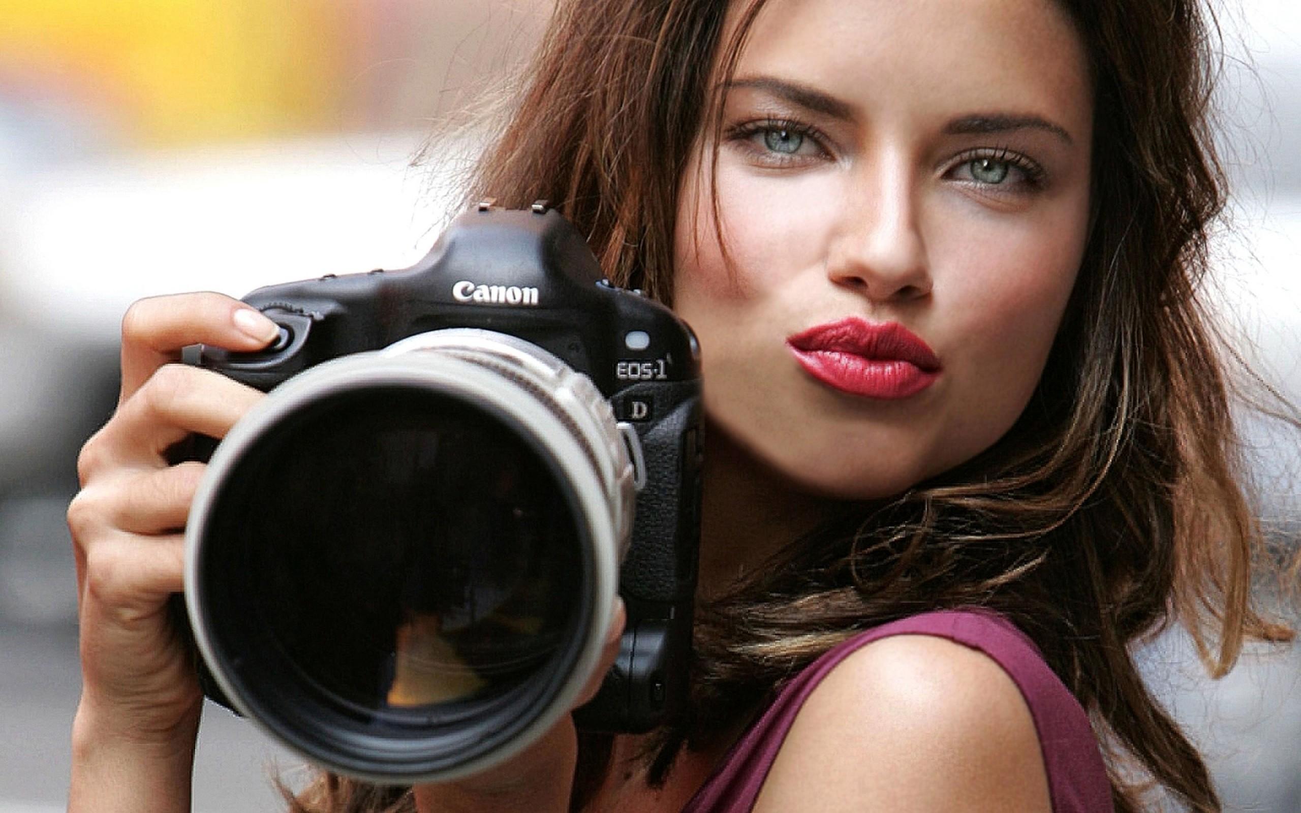 Una chica periodista - 2560x1600