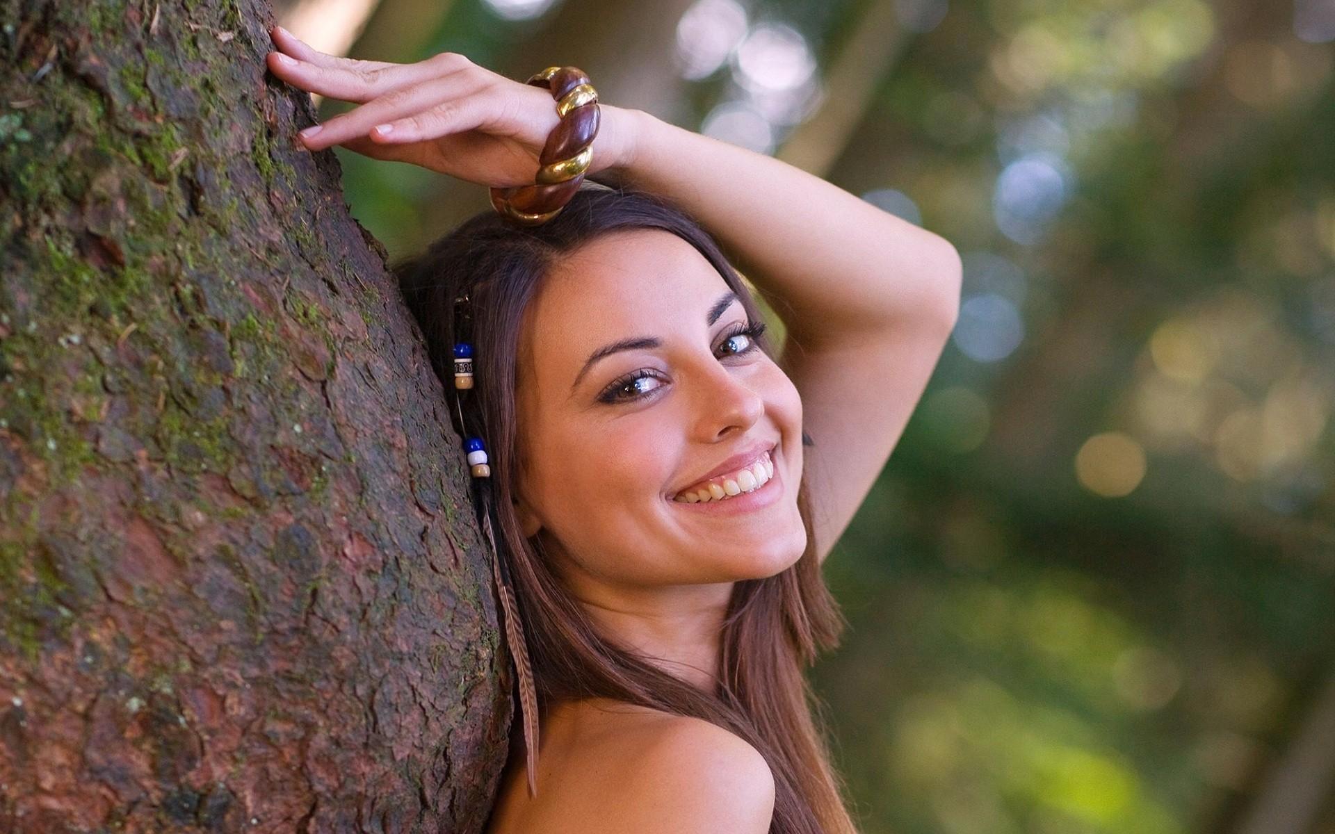 Una chica sonriendo - 1920x1200