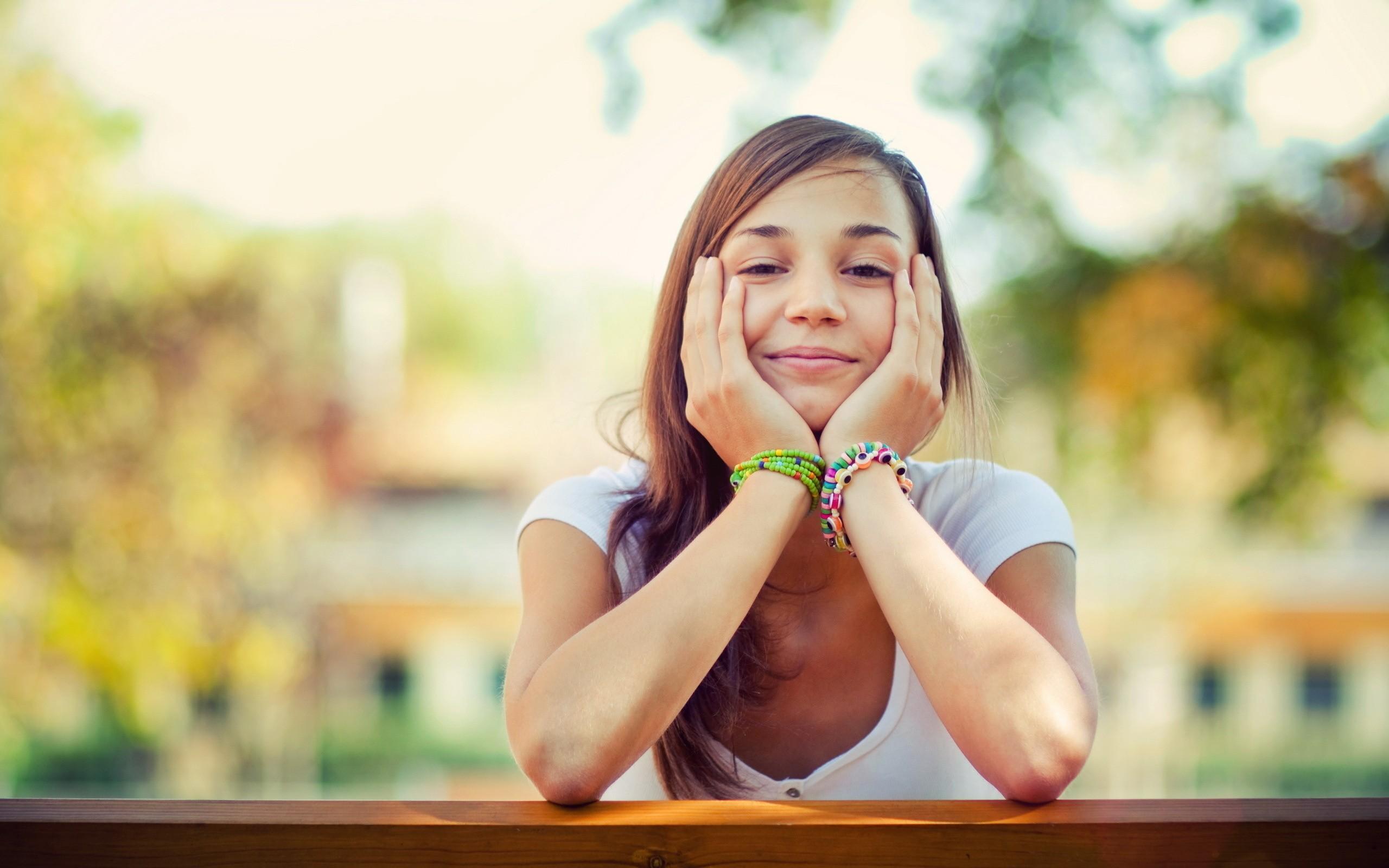 Una chica sonriente - 2560x1600