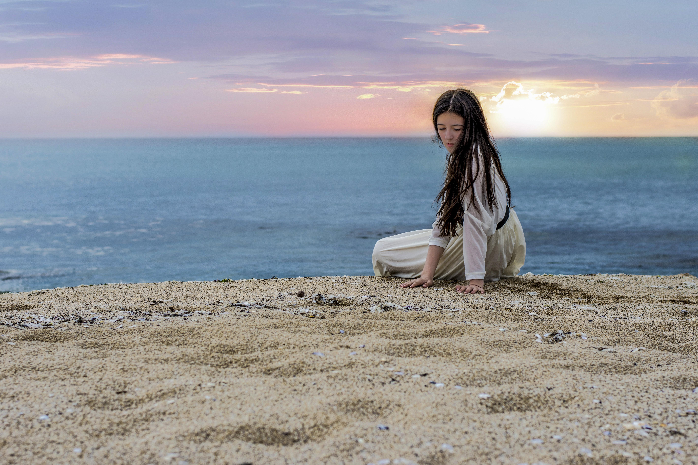 Una linda chica en puesta de sol - 5677x3784