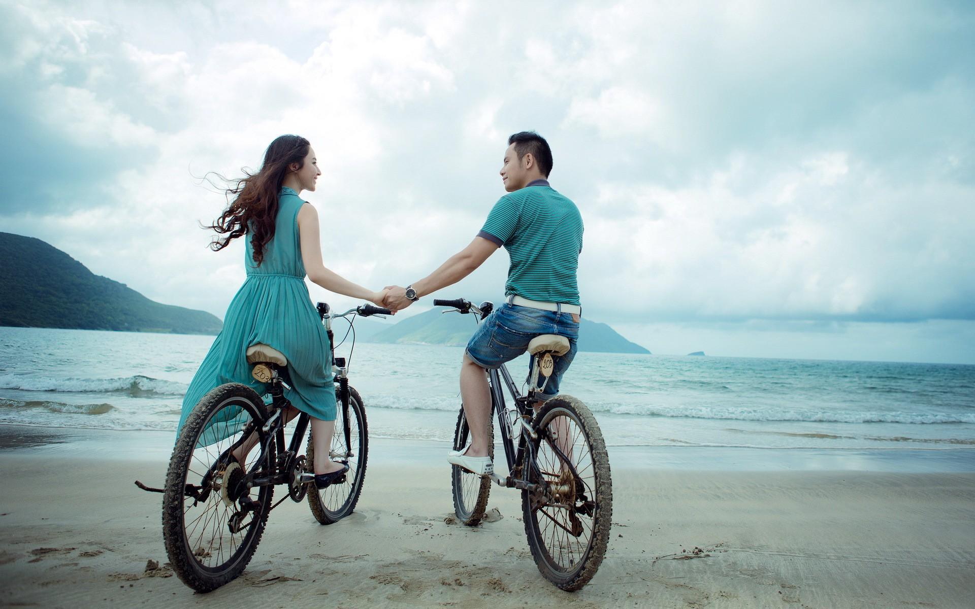 Una pareja en bicicletas - 1920x1200