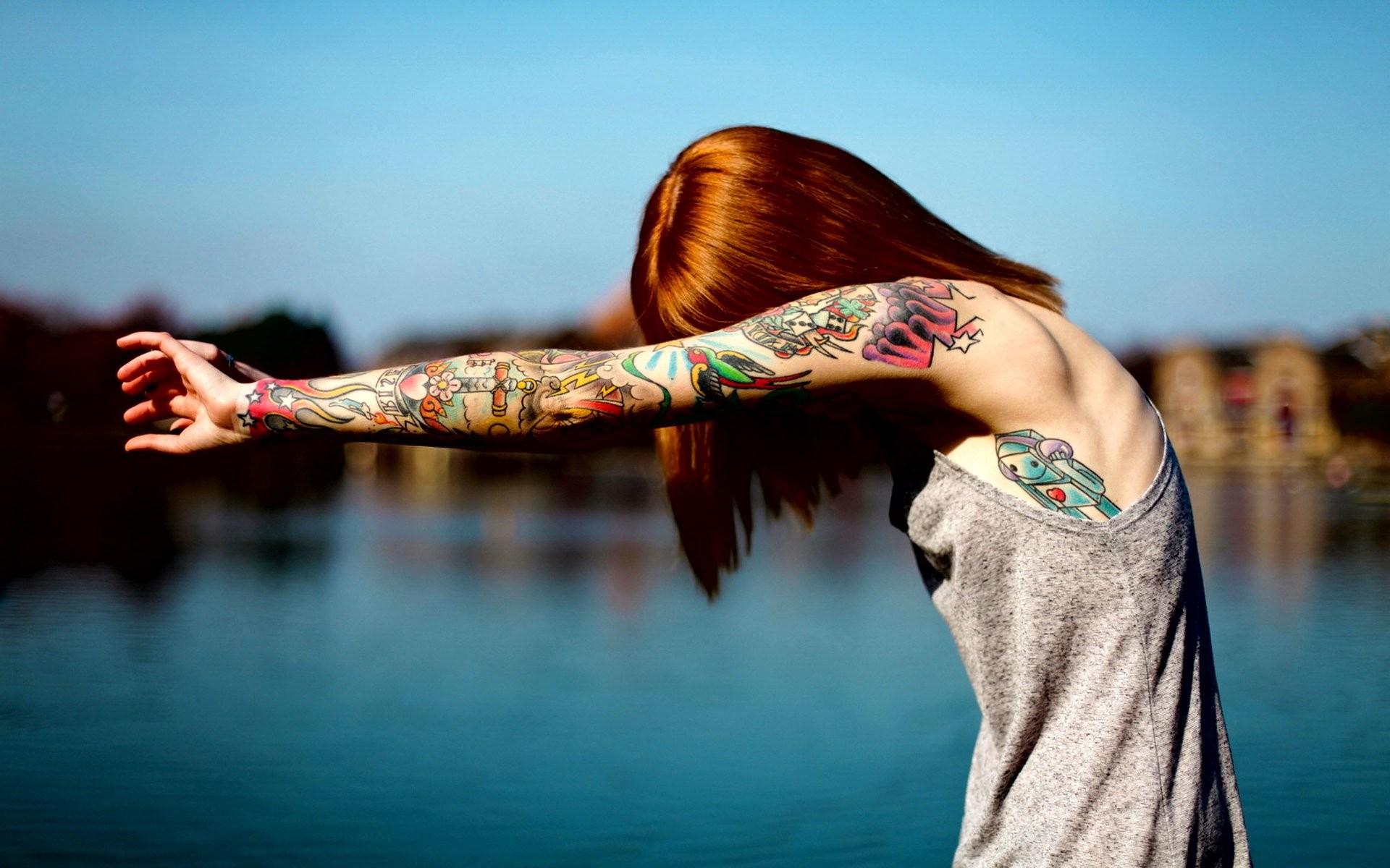 Una pelirroja con tatuajes - 1920x1200